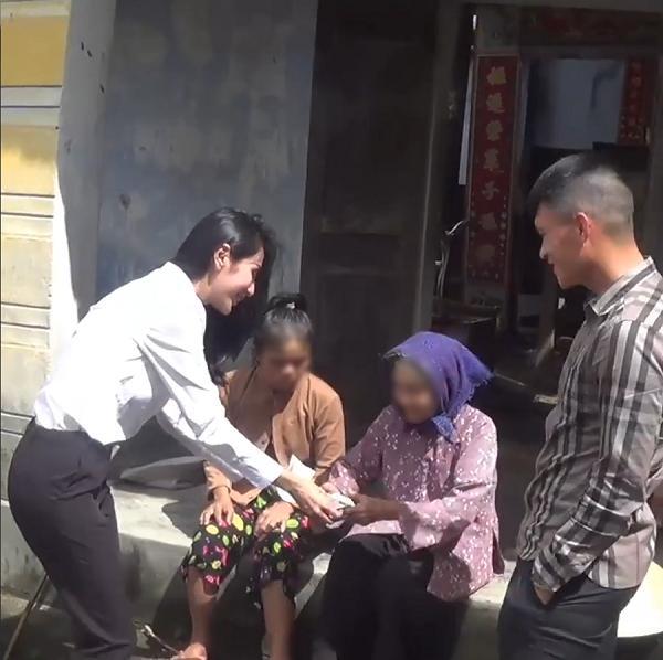 Clip: Thủy Tiên trao tặng 42 triệu đồng cho người mẹ nuôi con tâm thần gây xúc động-7