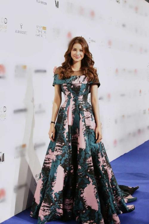 Minh Hằng đeo kim cương 20 tỷ đồng đẹp 'bất phân thắng bại' trên thảm đỏ Arab Fashion Week-1