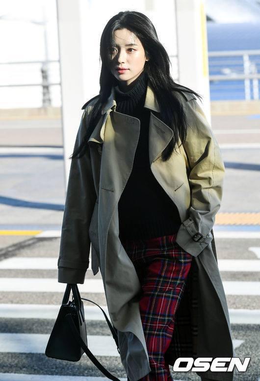 Sải bước ở sân bay, mỹ nhân cười đẹp nhất xứ Hàn Han Hyo Joo tỏa sáng như chụp ảnh tạp chí-2