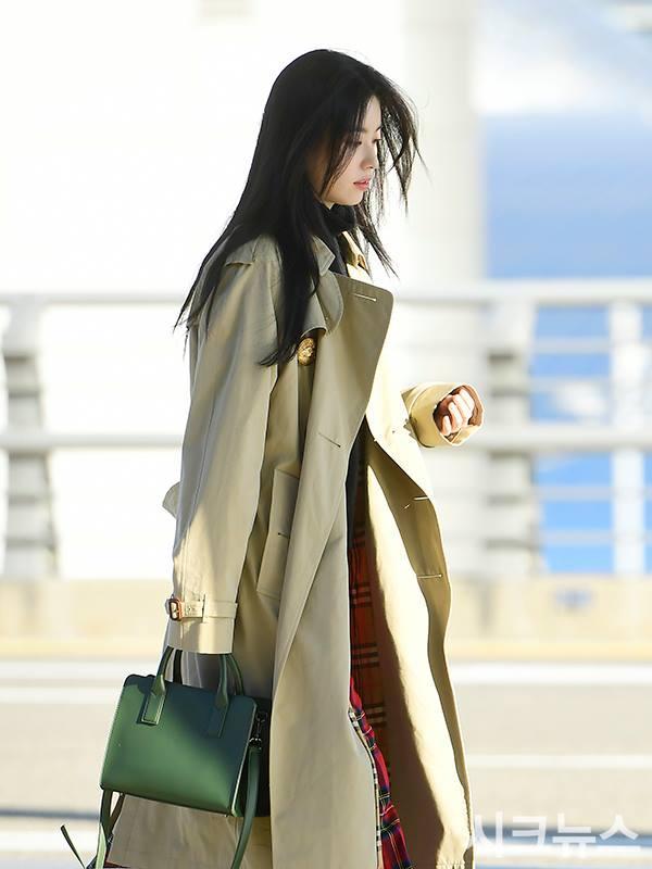 Sải bước ở sân bay, mỹ nhân cười đẹp nhất xứ Hàn Han Hyo Joo tỏa sáng như chụp ảnh tạp chí-3