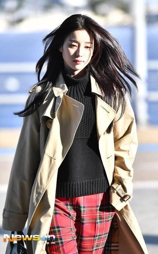 Sải bước ở sân bay, mỹ nhân cười đẹp nhất xứ Hàn Han Hyo Joo tỏa sáng như chụp ảnh tạp chí-11