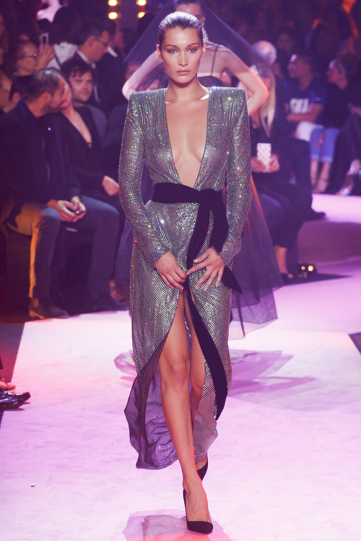 Oan gia ngõ hẹp: Selena Gomez vừa diện lại chiếc váy từng suýt làm Bella Hadid lộ hàng-3