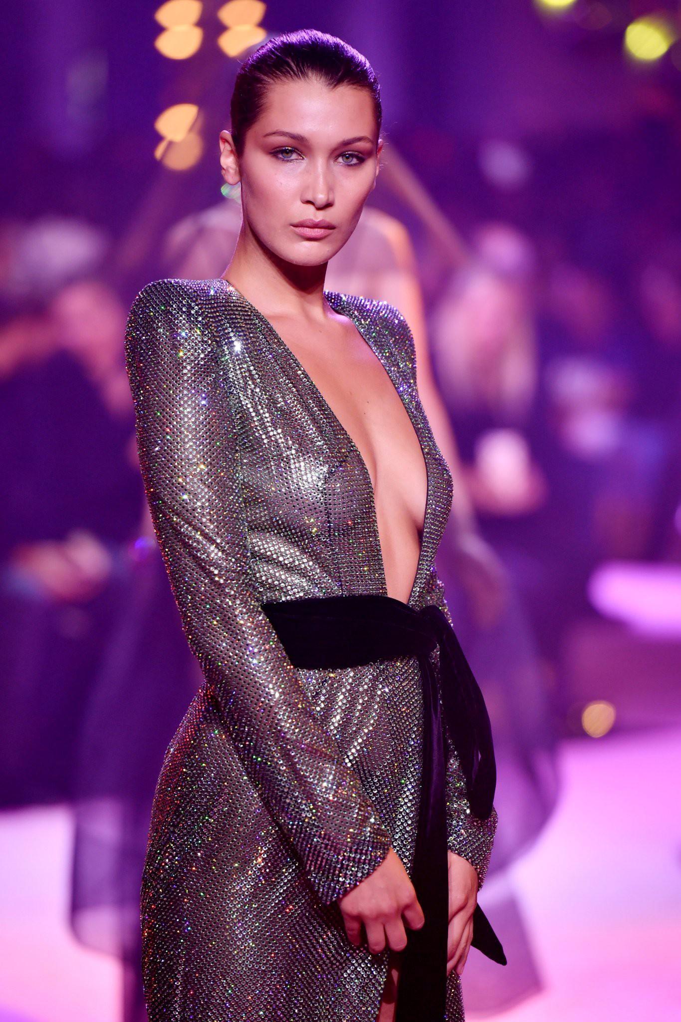 Oan gia ngõ hẹp: Selena Gomez vừa diện lại chiếc váy từng suýt làm Bella Hadid lộ hàng-4