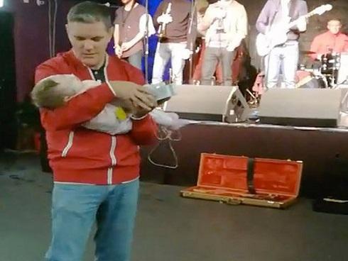 Rơi nước mắt khoảnh khắc bố ôm con gái sơ sinh bệnh nặng nhảy điệu từ biệt