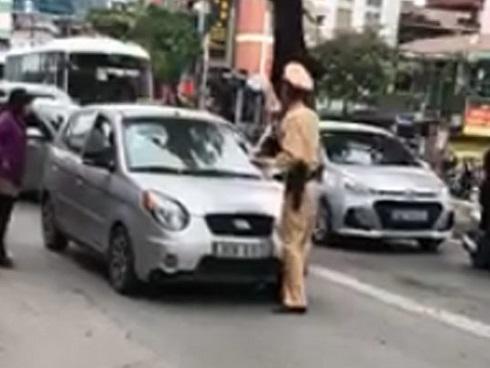 Bị bắt dừng xe, nữ tài xế nhấn ga húc cảnh sát giao thông và nói: 'Đang rất bận, sẽ quay lại sau…'