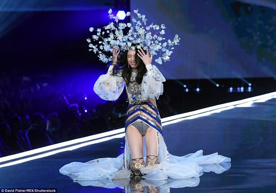 Cú vồ ếch lịch sử của show nội y Victorias Secret: Siêu mẫu xứ Trung ngã sấp mặt-2