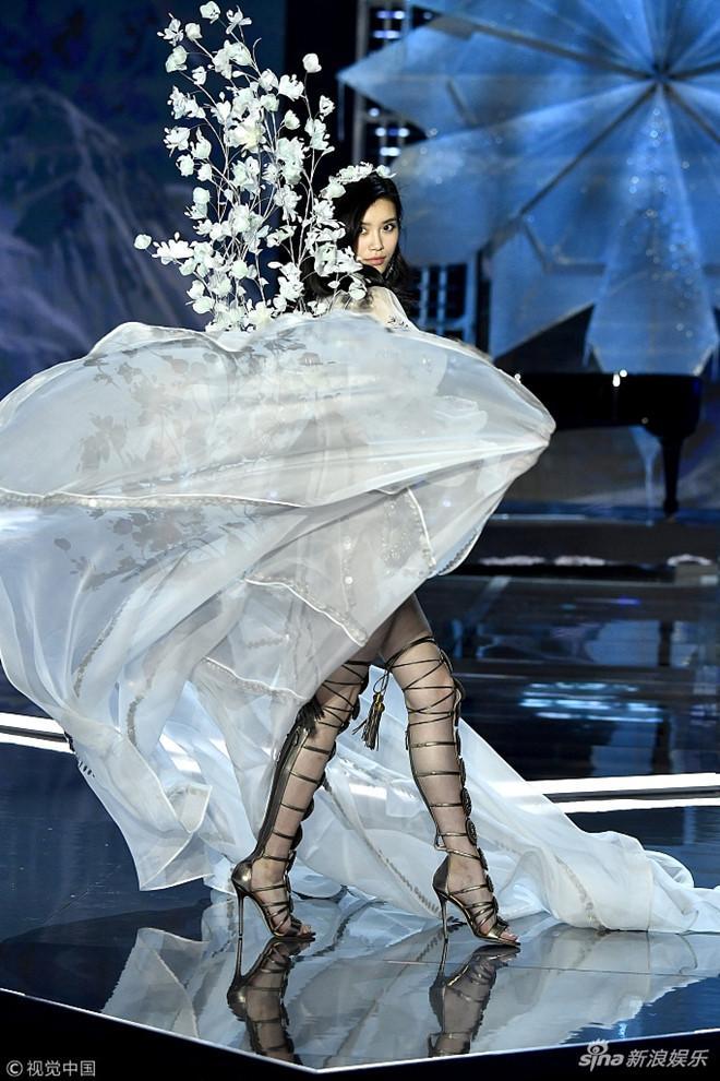 Cú vồ ếch lịch sử của show nội y Victorias Secret: Siêu mẫu xứ Trung ngã sấp mặt-5