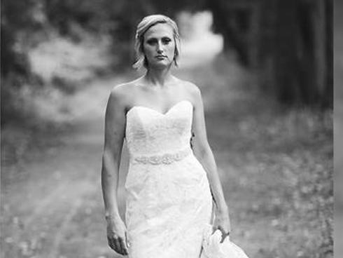Câu chuyện đau lòng phía sau bộ ảnh cưới chỉ một mình cô dâu