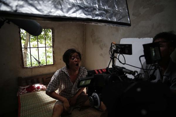 Ông bố nông dân Lương Mạnh Hải la hét hoảng loạn khi bị cua kẹp-8