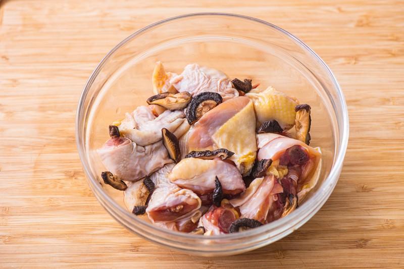 4 bước siêu nhanh có ngay gà hấp nấm thơm lừng cho bữa tối-2