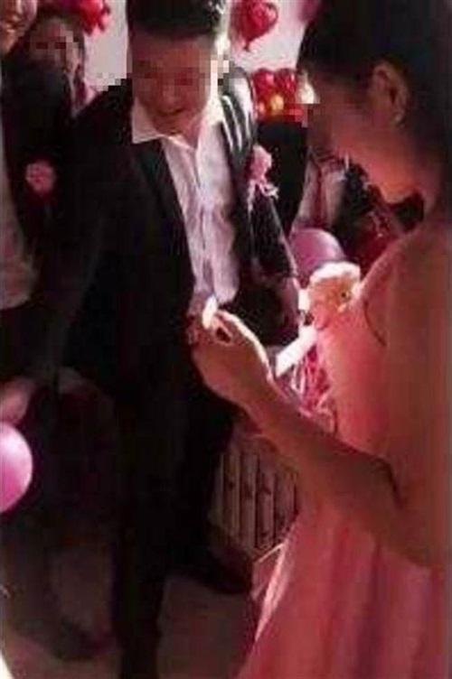 Chú rể ôm phù dâu xinh đẹp khiến cô dâu đòi hủy hôn trong đám cưới-1
