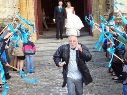 Bỏ chạy 'mất dép' khi thấy người da đỏ xuất hiện trên phố