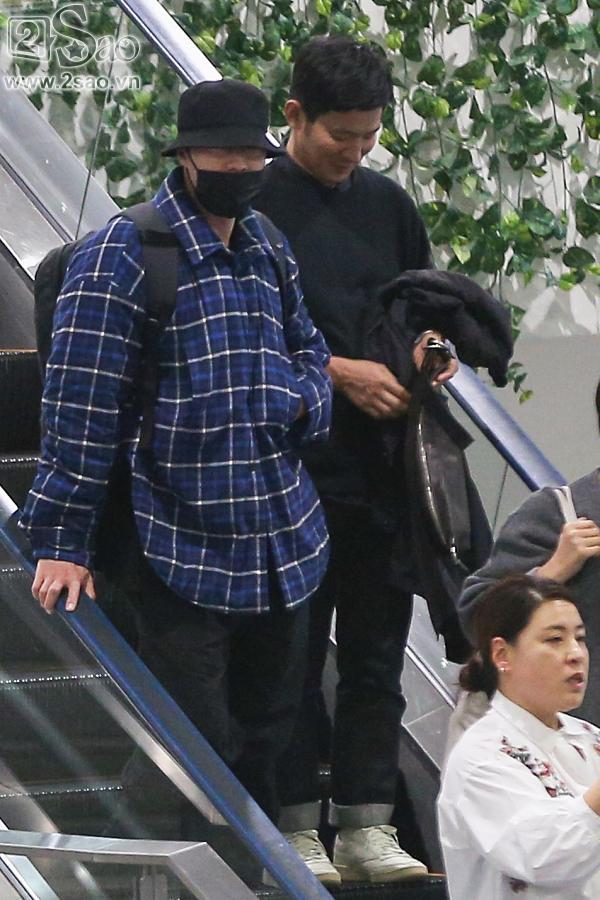 So Ji Sub mặc áo rộng thùng thình, che kín mặt, xuất hiện chớp nhoáng khi đến Việt Nam-2