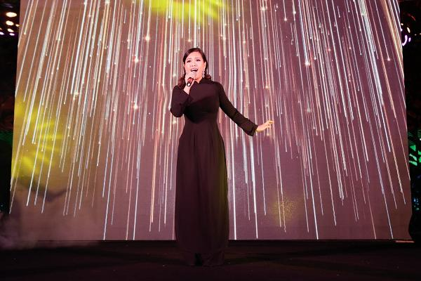 365 bất ngờ tái hợp diễn lại hit triệu view trong đại nhạc hội của Cô Ba Sài Gòn-11