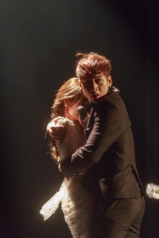 Hari Won bị khán giả quay lưng, ném chai lên sân khấu trong tập 4 của Thiên Ý-8
