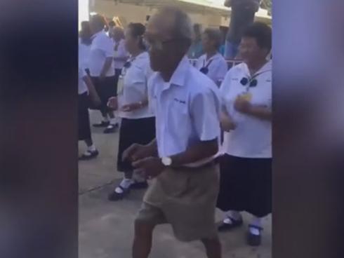 Xúc động xem cụ ông khiêu vũ cực đỉnh