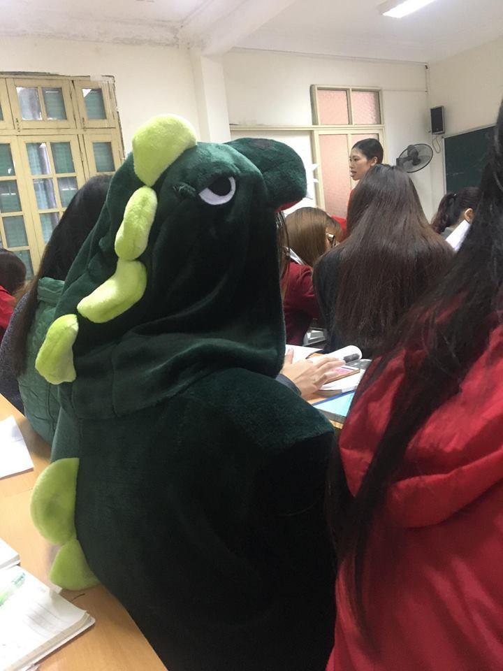 Cô bạn mặc đồ khủng long tới lớp: Trời lạnh chỉ là chuyện nhỏ thôi!-4