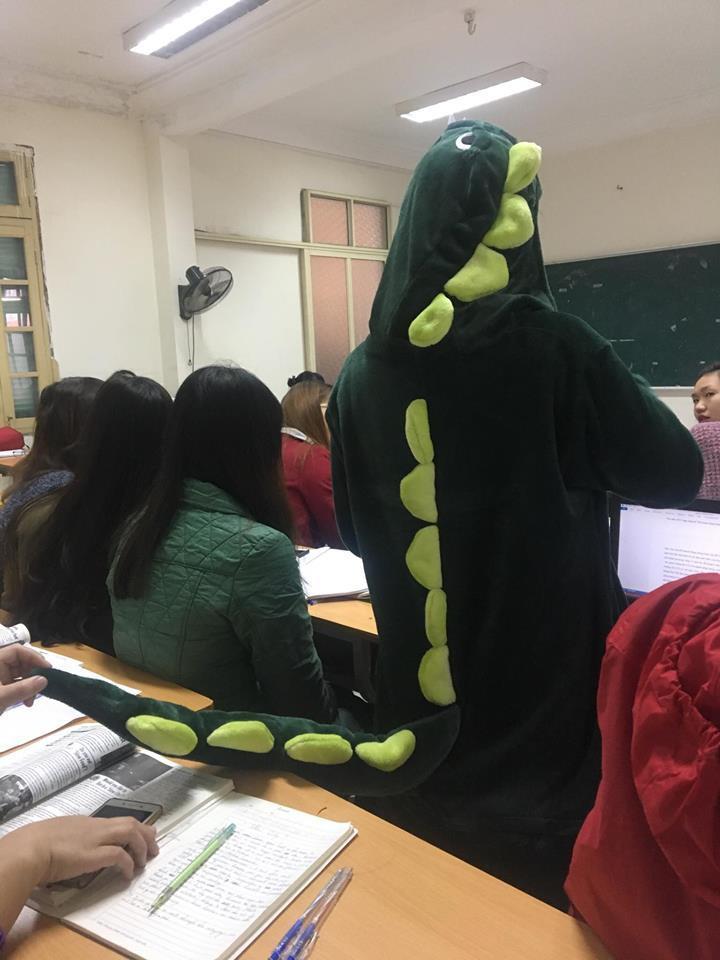 Cô bạn mặc đồ khủng long tới lớp: Trời lạnh chỉ là chuyện nhỏ thôi!-2