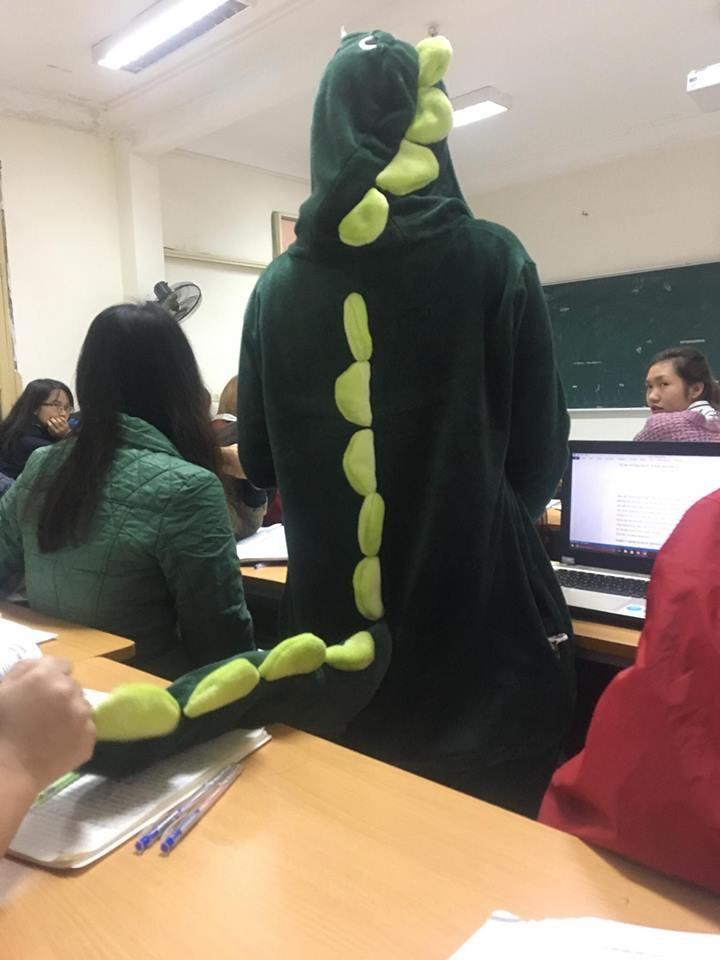 Cô bạn mặc đồ khủng long tới lớp: Trời lạnh chỉ là chuyện nhỏ thôi!-3
