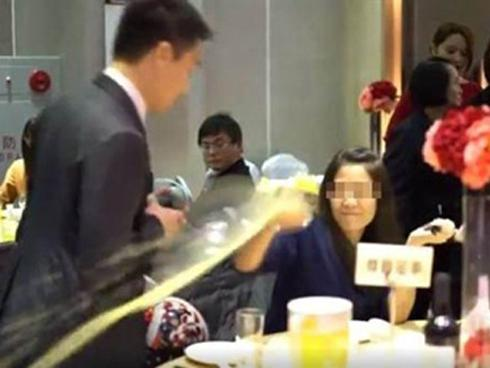 Bị phát hiện 'ăn chùa' đám cưới, gái trẻ xấu hổ đập phá cả tiệc cưới