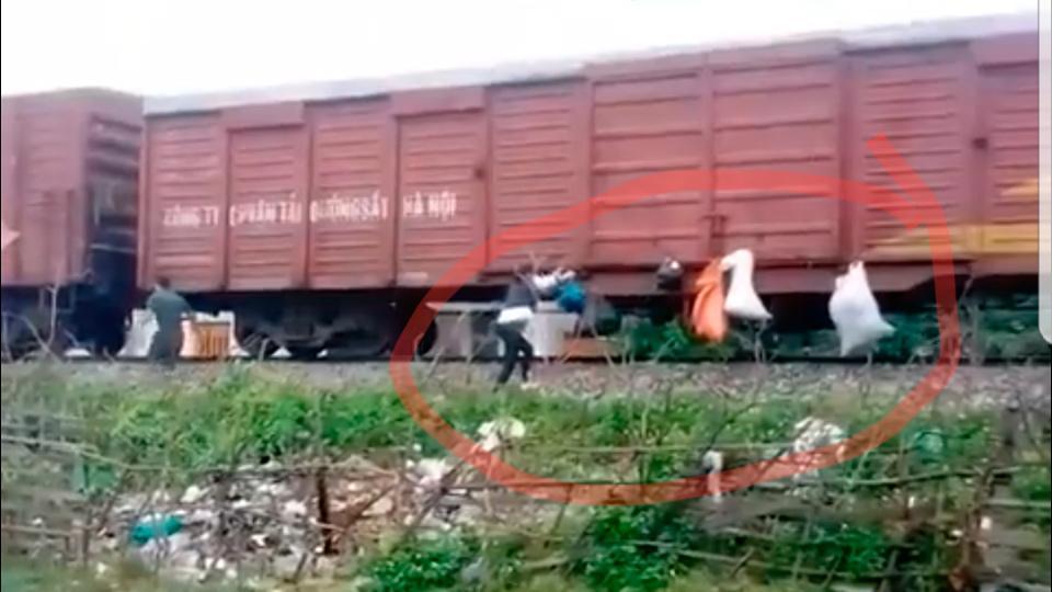 Hành động xấu hổ của người dân khi tàu chạy qua Hà Tĩnh-1