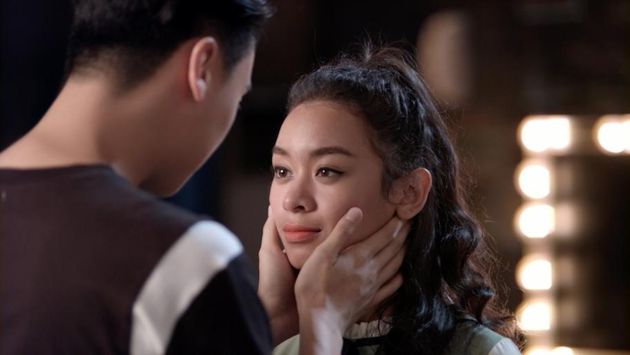 Glee: Chia tay Angela Phương Trinh chưa bao lâu, Rocker Nguyễn đã hôn Cindy V-6