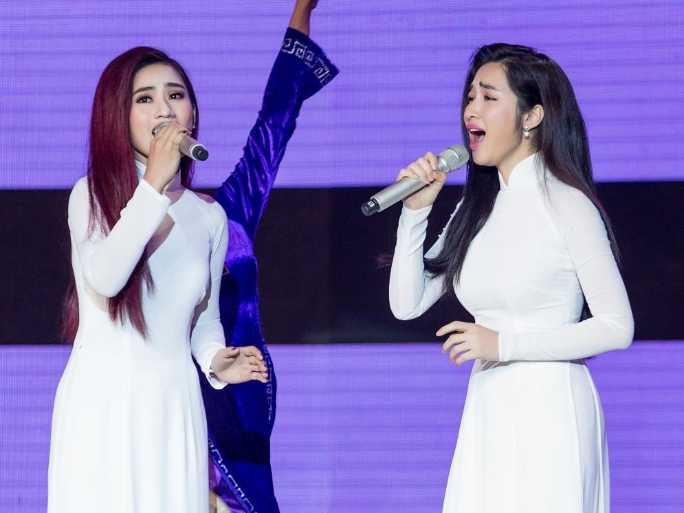 Hòa Minzy gặp sự cố khi đang trình diễn trên sân khấu