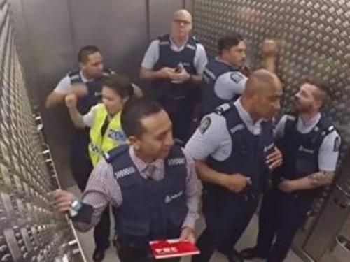 Bắt gặp những tình huống 'oái oăm' khi đi thang máy
