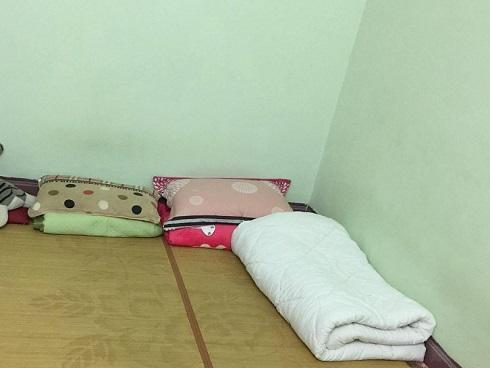Vợ chồng trẻ nằm sàn xi măng, ôm 200 triệu canh Black Friday