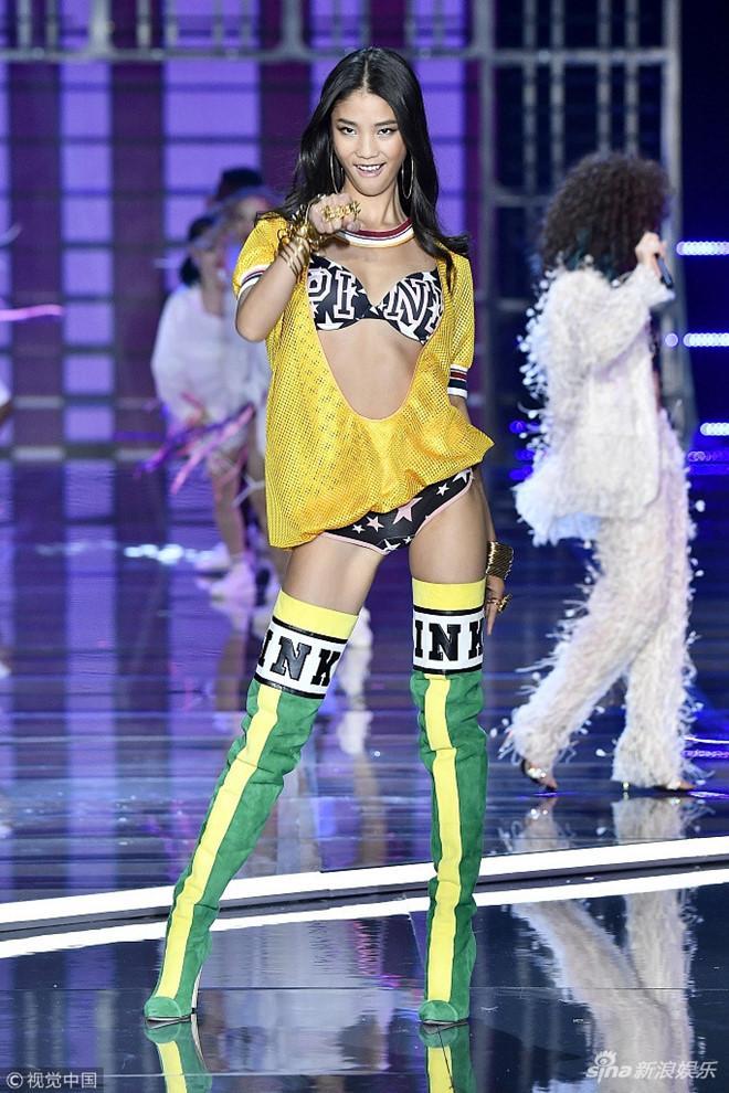Người mẫu Trung Quốc catwalk như đi chợ tại show Victorias Secret-2