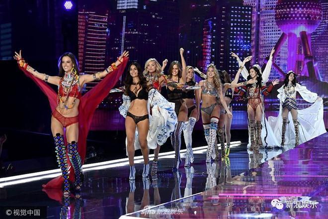 Người mẫu Trung Quốc catwalk như đi chợ tại show Victorias Secret-3