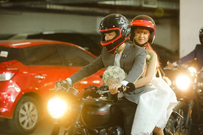 Video: Khởi My cười phớ lớ như được mùa khi Kelvin rước dâu bằng motor khủng trên xa lộ-4