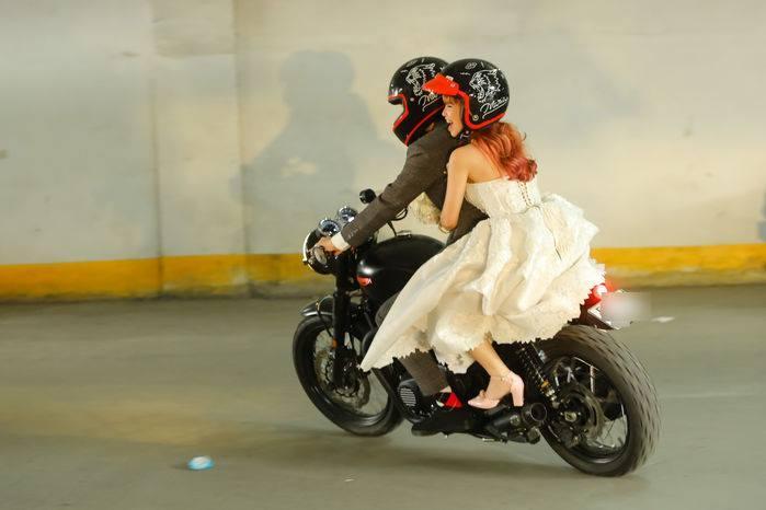 Video: Khởi My cười phớ lớ như được mùa khi Kelvin rước dâu bằng motor khủng trên xa lộ-5