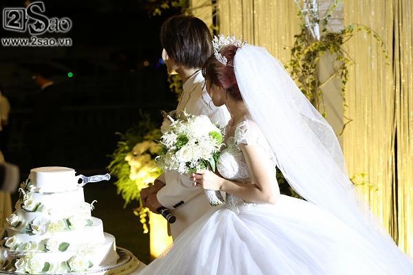 Cô dâu Khởi My hôn chú rể Kelvin Khánh say đắm trong đám cưới-10