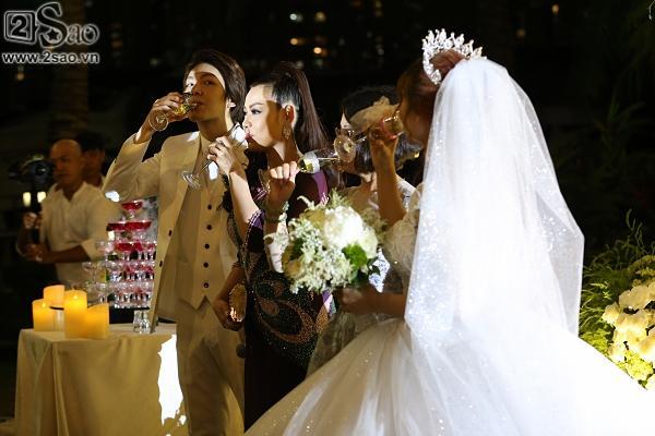 Cô dâu Khởi My hôn chú rể Kelvin Khánh say đắm trong đám cưới-11