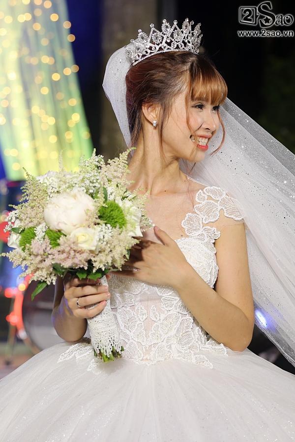 Cô dâu Khởi My hôn chú rể Kelvin Khánh say đắm trong đám cưới-9