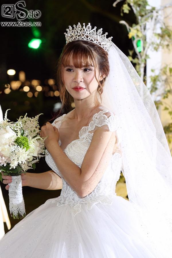 Cô dâu Khởi My hôn chú rể Kelvin Khánh say đắm trong đám cưới-8
