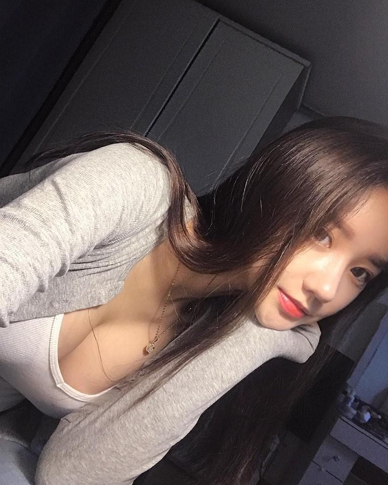 Cô bạn xinh đẹp Hàn Quốc gây chú ý với vòng 1 đẫy đà bị nghi phẫu thuật thẩm mỹ-6
