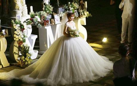 Sánh đôi cùng hoàng tử Kelvin Khánh, công chúa Khởi My thay liên tục 2 váy cưới lộng lẫy-3