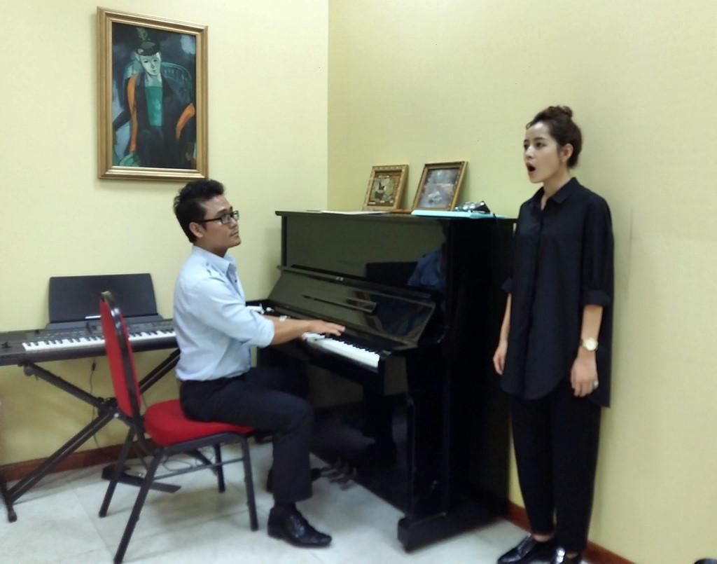 Thầy dạy thanh nhạc: Ngày đầu, Chi Pu hát nửa bài đã thở hổn hển-1