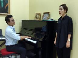 Thầy dạy thanh nhạc: 'Ngày đầu, Chi Pu hát nửa bài đã thở hổn hển'