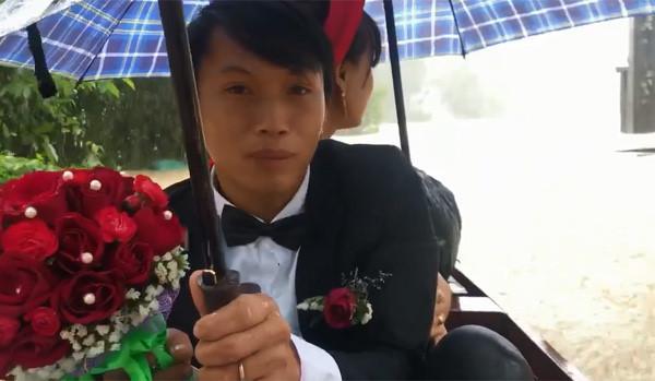 Cô dâu Huế vui vẻ mặc áo dài, quần đùi hồng trong ngày cưới-2