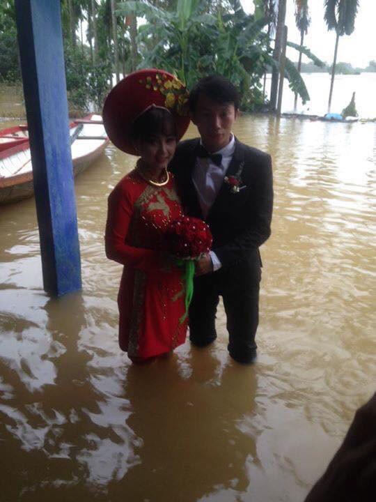 Cô dâu Huế vui vẻ mặc áo dài, quần đùi hồng trong ngày cưới-3
