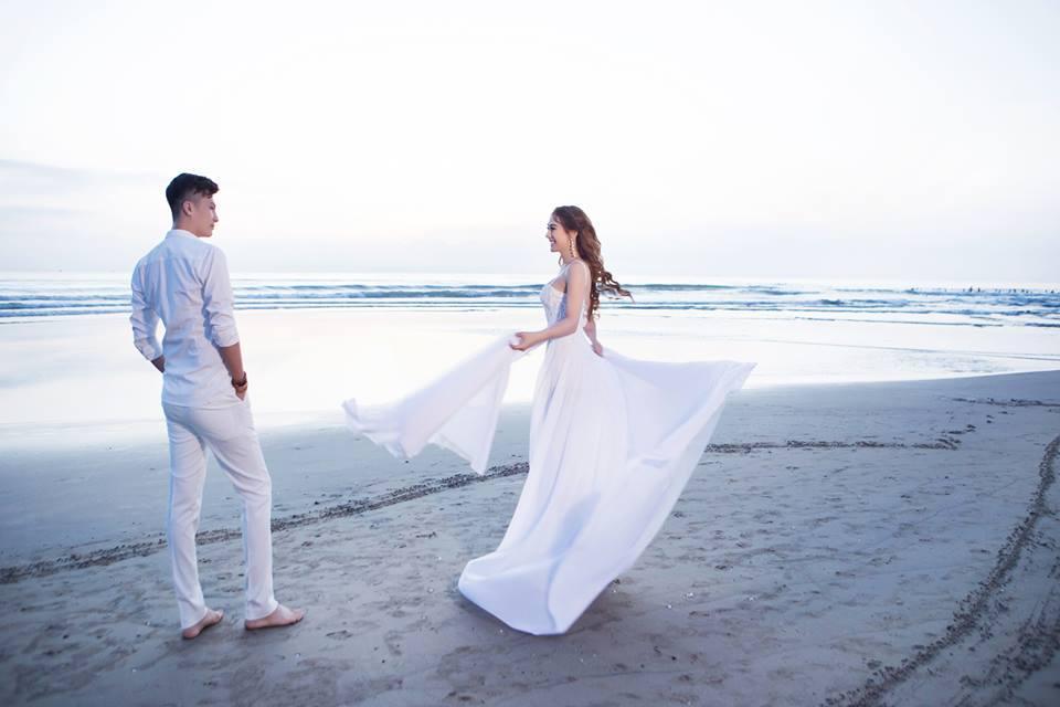 Ngắm bộ ảnh cưới lãng mạn trên biển của Lâm Khánh Chi và chồng trẻ-2