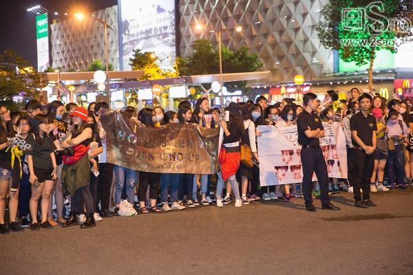 Fan chen lấn, đập cửa xe khiến Wanna One hết hơi mới rời được sân bay Tân Sơn Nhất-1
