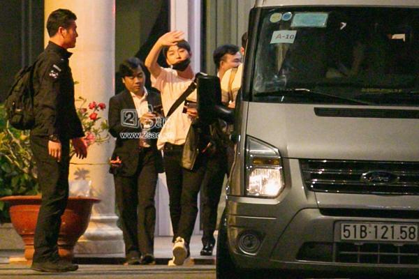 Fan chen lấn, đập cửa xe khiến Wanna One hết hơi mới rời được sân bay Tân Sơn Nhất-6