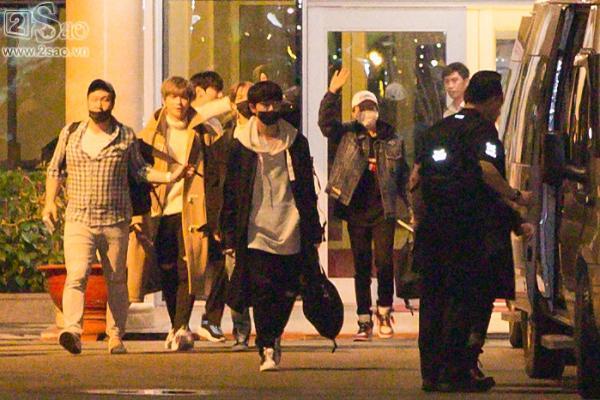 Fan chen lấn, đập cửa xe khiến Wanna One hết hơi mới rời được sân bay Tân Sơn Nhất-2