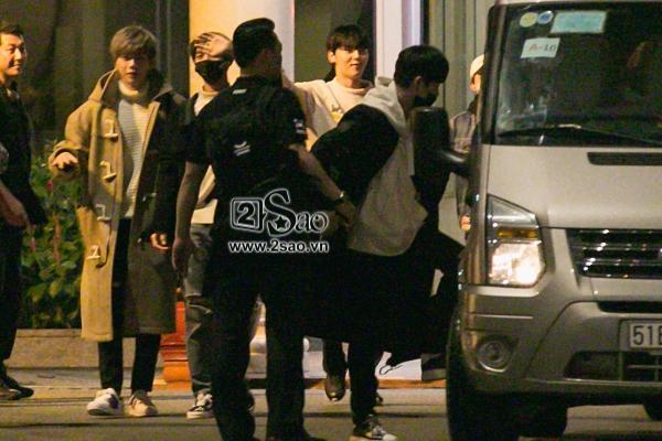 Fan chen lấn, đập cửa xe khiến Wanna One hết hơi mới rời được sân bay Tân Sơn Nhất-3