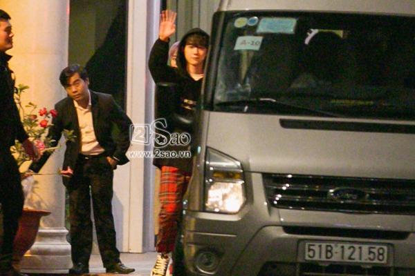 Fan chen lấn, đập cửa xe khiến Wanna One hết hơi mới rời được sân bay Tân Sơn Nhất-4