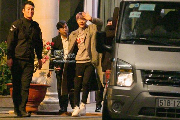 Fan chen lấn, đập cửa xe khiến Wanna One hết hơi mới rời được sân bay Tân Sơn Nhất-5
